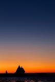 Salida del sol roja en el mar blanco Imagen de archivo