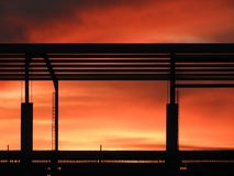 Salida del sol roja en un área de la construcción del marco de acero foto de archivo libre de regalías