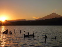 Salida del sol romántica hermosa en el villarica del lago en chile Imágenes de archivo libres de regalías
