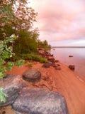 Salida del sol rosada atractiva a lo largo de la línea de la playa del río de Ottawa en Canadá Fotografía de archivo