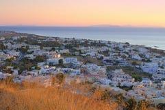 Salida del sol rosada blanda en el pueblo de Kamari, Santorini Foto de archivo libre de regalías