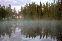 Salida del sol rosada de la noche blanca septentrional del verano en el pequeño lago en bosque Fotografía de archivo