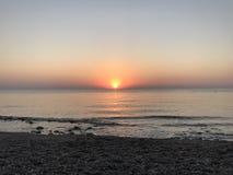 Salida del sol rosada hermosa sobre el mar Mediterráneo en un Pebble Beach imagenes de archivo