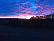 Salida del sol rosada y púrpura imponente imagen de archivo libre de regalías