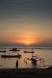 Salida del sol Sanur Bali con los barcos locales Imágenes de archivo libres de regalías