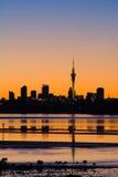 Salida del sol Sillhouette de la ciudad de Auckland Imágenes de archivo libres de regalías