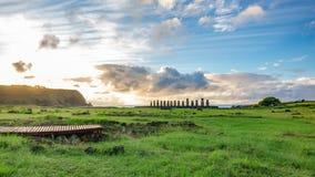Salida del sol soñadora sobre las estatuas de Ahu Tongariki Moai en la isla de pascua metrajes