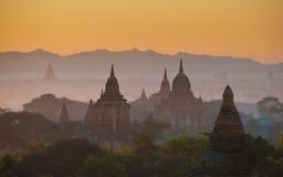 Salida del sol sobre Bagan antiguo, Myanmar Imagenes de archivo