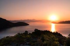 Salida del sol sobre bahía en Turquía Imagen de archivo libre de regalías
