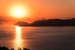 Salida del sol sobre bahía en Turquía Fotos de archivo libres de regalías
