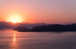 Salida del sol sobre bahía en Turquía Fotografía de archivo libre de regalías