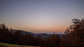Salida del sol sobre bosque colorido del otoño almacen de video