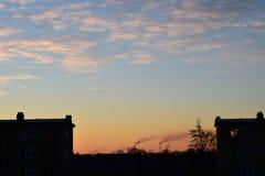 Salida del sol sobre ciudad Imagen de archivo libre de regalías