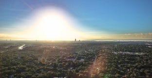 Salida del sol sobre ciudad y la bahía imagen de archivo libre de regalías