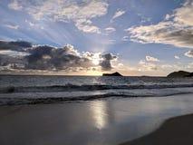 Salida del sol sobre conejo y x28; Manana& x29; Isla en la bahía de Waimanalo imagen de archivo libre de regalías