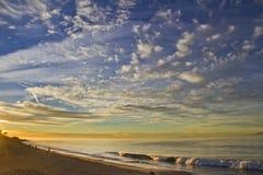 Salida del sol sobre costa californiana del océano Foto de archivo