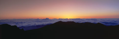 Salida del sol sobre cumbre del volcán de Haleakala Fotografía de archivo