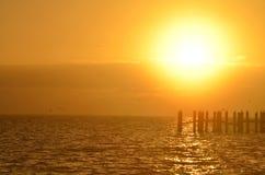 Salida del sol sobre el agua Imagenes de archivo