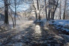 Salida del sol sobre el agua en Knappforsen Lunedet cerca de Karlskoga Suecia Foto de archivo libre de regalías