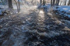 Salida del sol sobre el agua en Knappforsen Lunedet cerca de Karlskoga Suecia Fotos de archivo