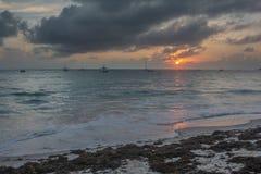 Salida del sol sobre el Atlántico imagenes de archivo