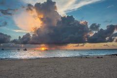 Salida del sol sobre el Atlántico fotos de archivo