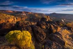 Salida del sol sobre el barranco blanco de la roca y Rio Grande River Fotografía de archivo