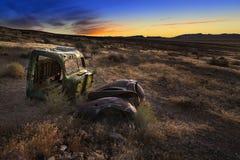 Salida del sol sobre el camión abandonado, desierto de Nevada Imagenes de archivo