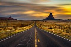 Salida del sol sobre el camino al valle del monumento, Utah, los E.E.U.U. foto de archivo libre de regalías