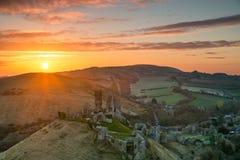 Salida del sol sobre el castillo de Corfe Imagen de archivo