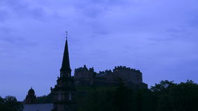 Salida del sol sobre el castillo de Edimburgo - lapso de tiempo (4k) almacen de video