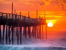 Salida del sol sobre el embarcadero de la pesca en Carolina Outer Banks del norte fotos de archivo libres de regalías