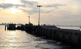 Salida del sol sobre el embarcadero en el mar Imagen de archivo libre de regalías