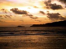 Salida del sol sobre el faro en la península Imagen de archivo