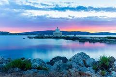 Salida del sol sobre el faro del santo Theodoroi, Kefalonia, Grecia fotos de archivo libres de regalías