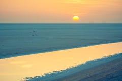 Salida del sol sobre el EL grande Jerid, Sáhara de Chott del lago de sal Imagen de archivo libre de regalías