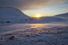 Salida del sol sobre el hielo y la nieve en Islandia del sur Imagen de archivo