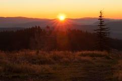 Salida del sol sobre el horizonte Fotos de archivo libres de regalías