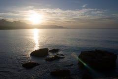Salida del sol sobre el horizonte Fotos de archivo