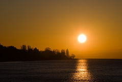 Salida del sol sobre el lago Imagen de archivo
