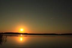 Salida del sol sobre el lago Imágenes de archivo libres de regalías