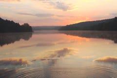 Salida del sol sobre el lago Fotos de archivo libres de regalías
