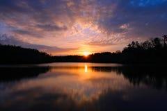 Salida del sol sobre el lago Foto de archivo libre de regalías