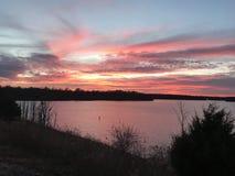 Salida del sol sobre el lago blue Springs fotografía de archivo
