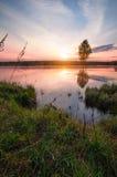 Salida del sol sobre el lago con niebla arriba Fotografía de archivo libre de regalías