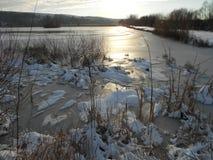 Salida del sol sobre el lago congelado Fotografía de archivo