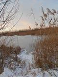 Salida del sol sobre el lago congelado Foto de archivo
