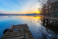 Salida del sol sobre el lago a finales del invierno Fotografía de archivo