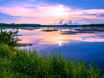 Salida del sol sobre el lago grande con la reflexión en Tailandia tradicional Imágenes de archivo libres de regalías