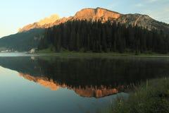 Salida del sol sobre el lago Misurina Fotografía de archivo